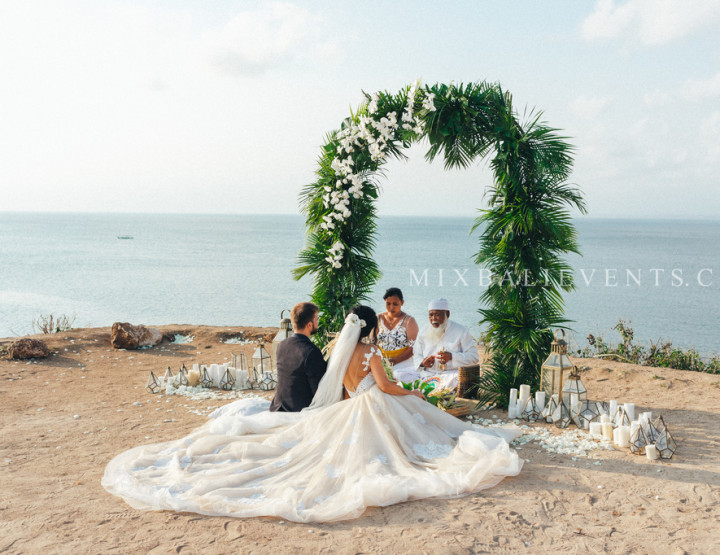 Traditional Balinese Wedding on a cliff above the ocean