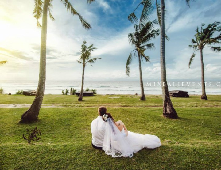 Wedding on a cliff over the ocean in gentle blue colors