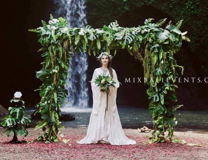 Trend 2017 - Elven wedding at a waterfall in the tropical jungle of Bali - Greenery Wedding
