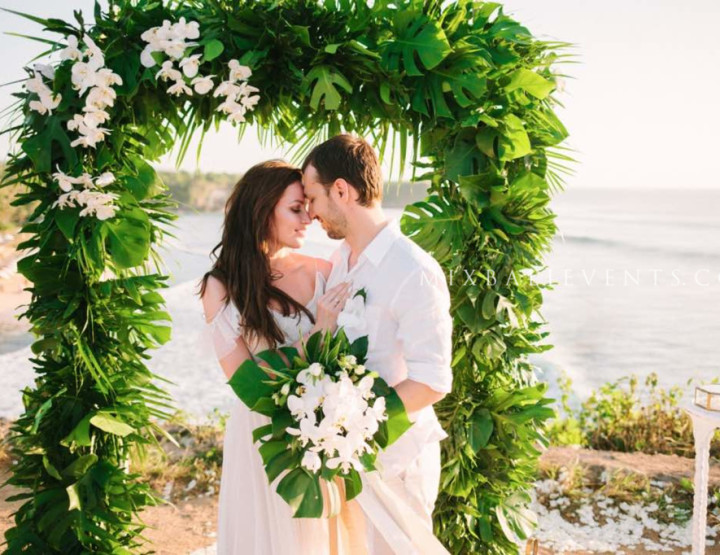 Trend of 2017 - Green and white Tropical wedding with orchids
