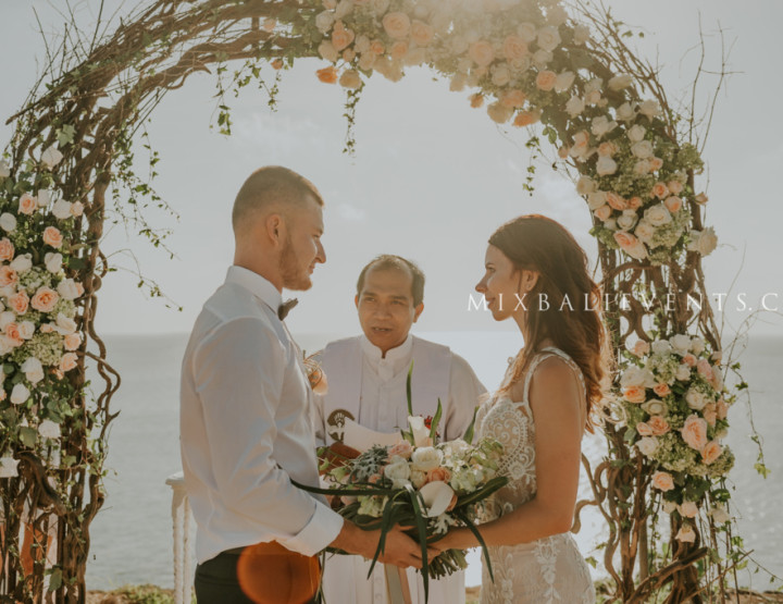 Wedding in gentle juicy tones on the cliff above the ocean in Bali. Christina and Nikita