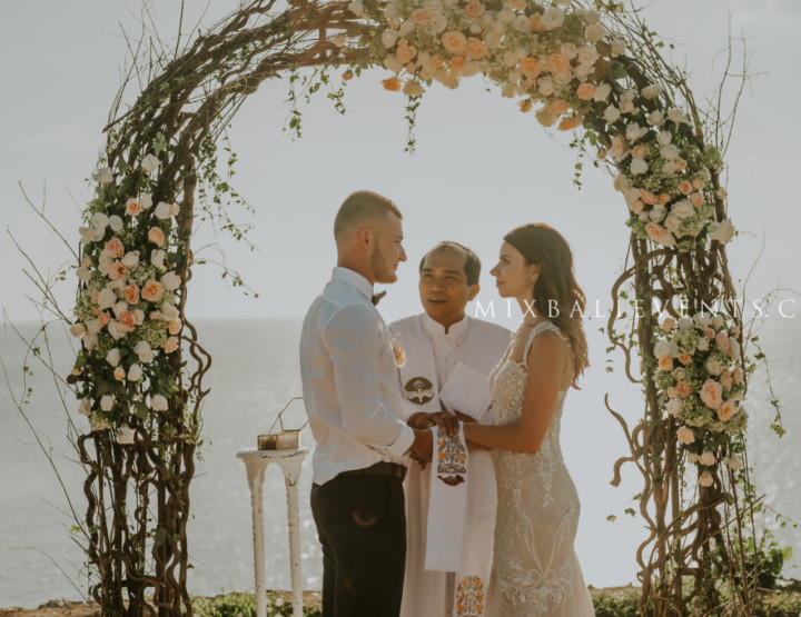 Trend of 2017 - Wedding on a cliff above the ocean in Nude color