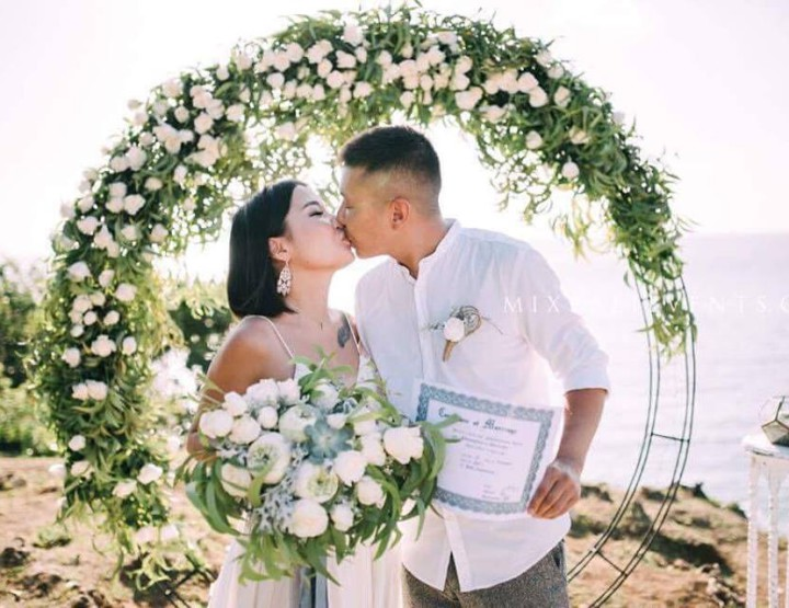 Trend of 2017! Wedding with a round arch and floral decorations with white Lotus and Succulents