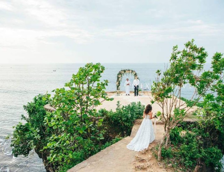 Stylish wedding on the cliff above the ocean