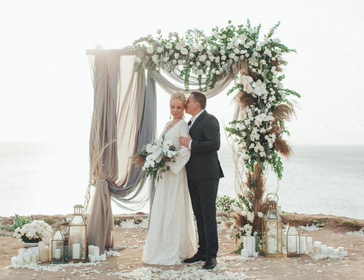Stylish Boho Grey Wedding on a cliff above the ocean