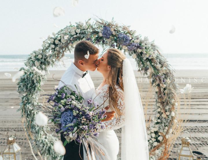 Trend 2018 - Stylish Wedding on the black lava sand beach in lilac-gray tones
