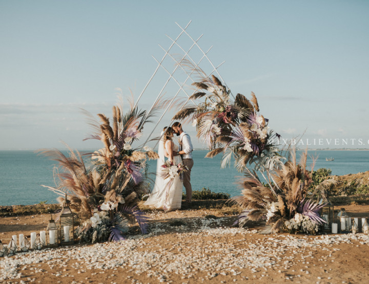 Trend 2019! Pampas Purple  Wedding on a cliff above the ocean