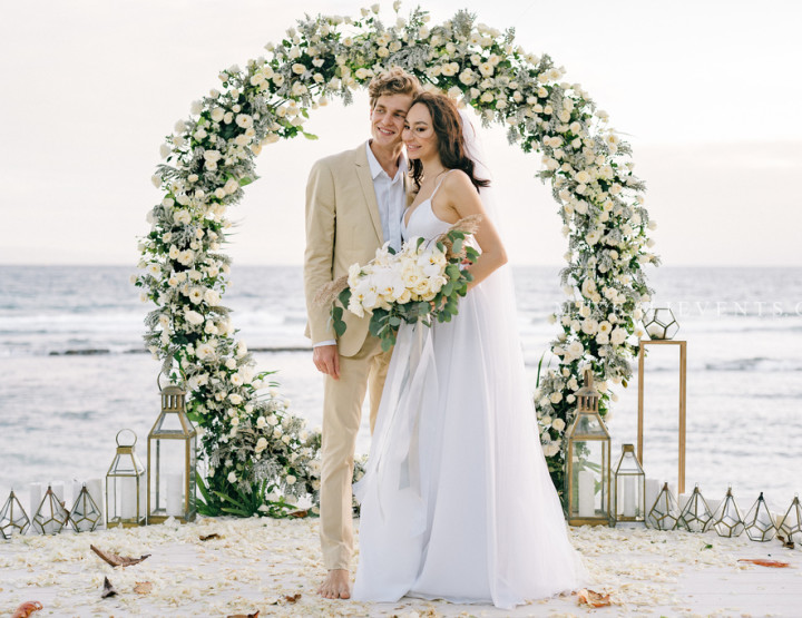 Trend 2019 — Wedding with a round arch in White & Gray colors