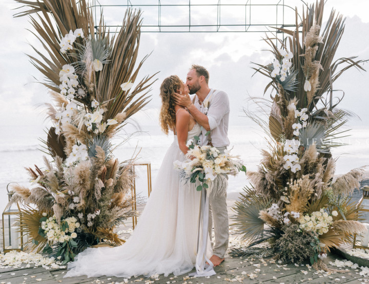 Trend 2019! Pampas Grass & Dried palm Wedding — Stylish Wedding at a luxurious Villa above the Indian Ocean in Bali