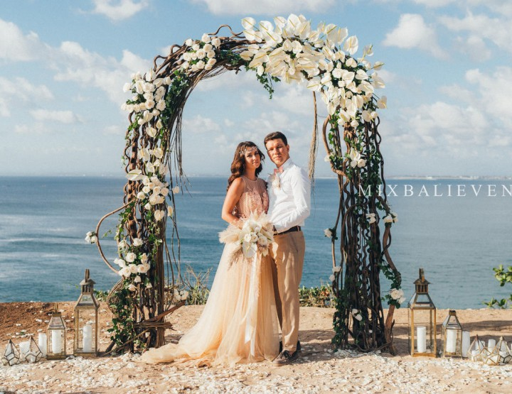 Trend 2019! White Anthurium Wedding on a cliff above the ocean