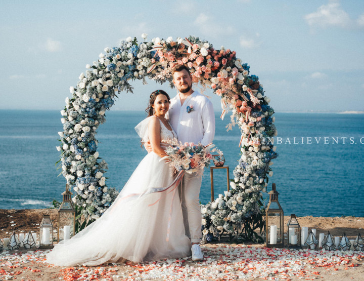 Stylish Pink-Orange-Blue Wedding on a cliff above the ocean