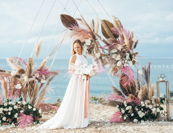 Trend 2019! Pampas Pink Wedding on a cliff above the ocean